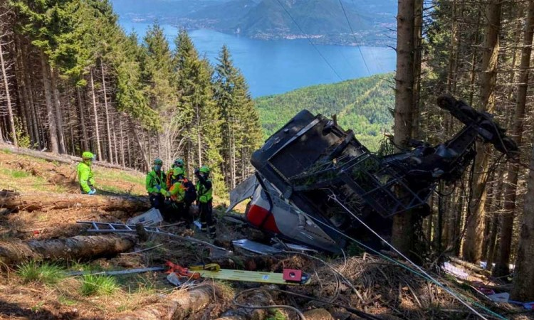 Caída de cabina de teleférico en Italia deja al menos 14 muertos