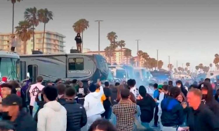 Detienen a más de 100 personas en una fiesta ilegal en California
