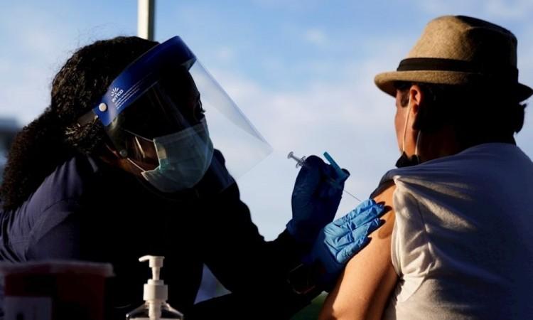 El 70% de población de ocho estados de EU ha recibido una dosis de vacuna