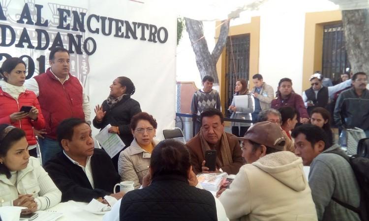 Abandonan a edil en evento de encuentro ciudadano