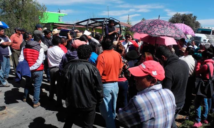 Bloquean camino por retraso de obra en Tlahuapan