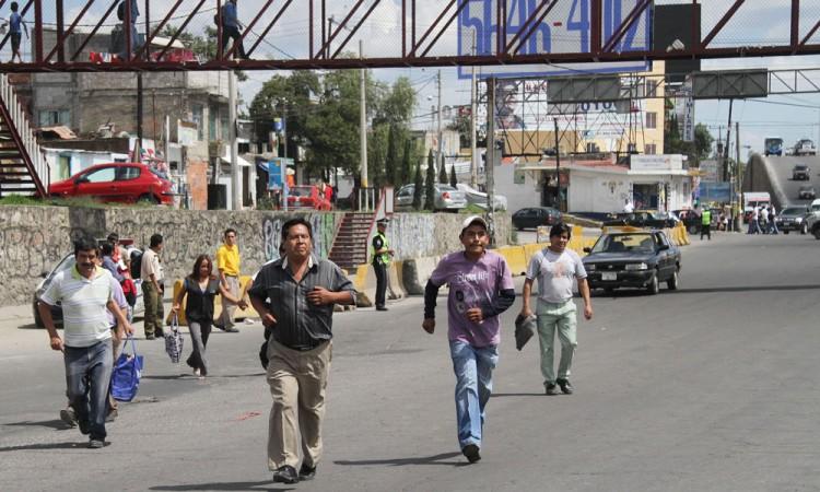 Desechan vecinos  uso de puentes peatonales