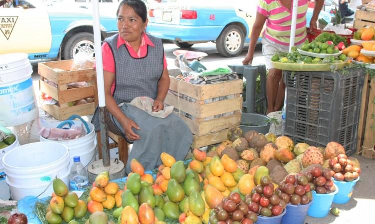 Duplica gasolinazo costo de frutas y verduras en Acatlán