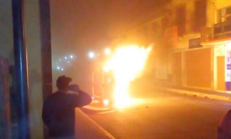 Desata operativo quema de vehículos en Zacatlán