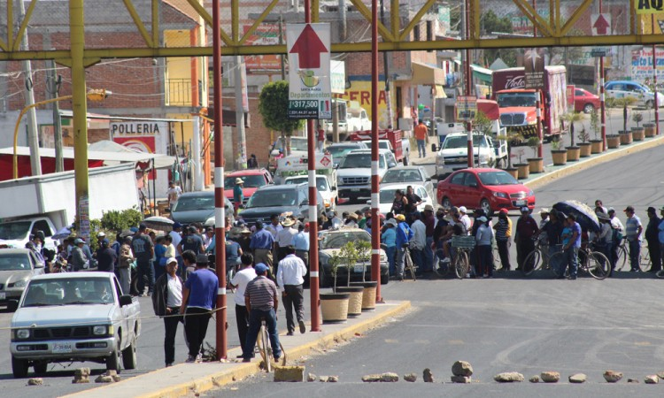 Bloquean habitantes de Juan C Bonilla la carretera México-Puebla