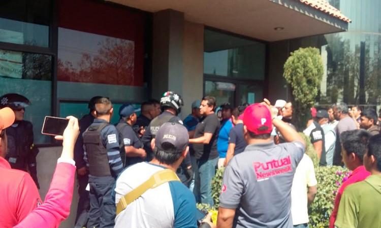 Marchan contra funcionario en Texmelucan