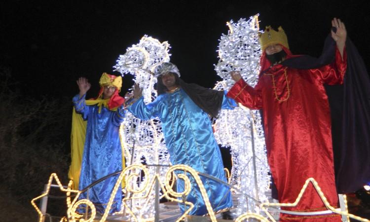 Desfilan Reyes Magos en Cuautlancingo