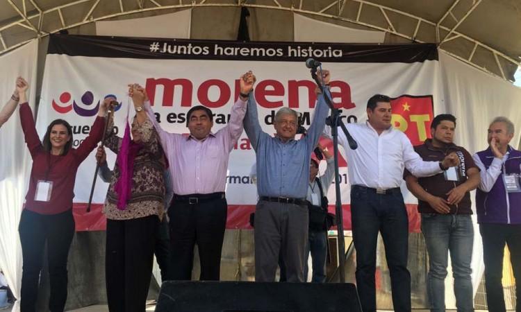 Reciben con porras a AMLO en Chiautla de Tapia