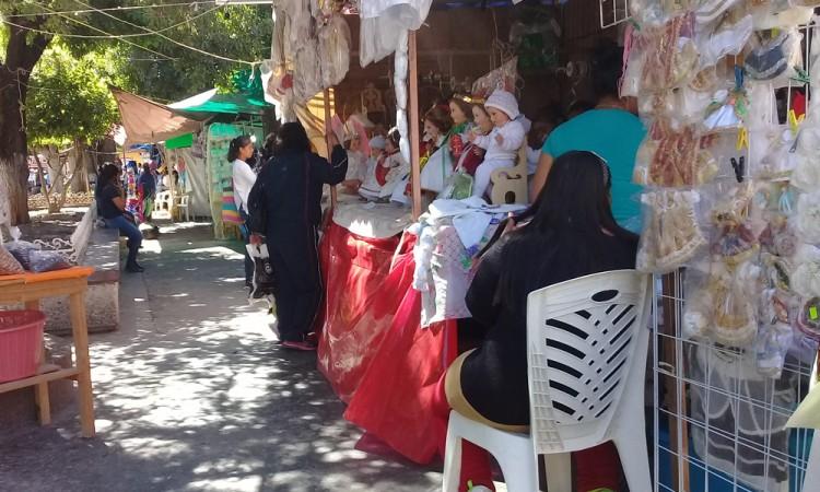 Salvan ventas de ropa para niño Dios en Acatlán