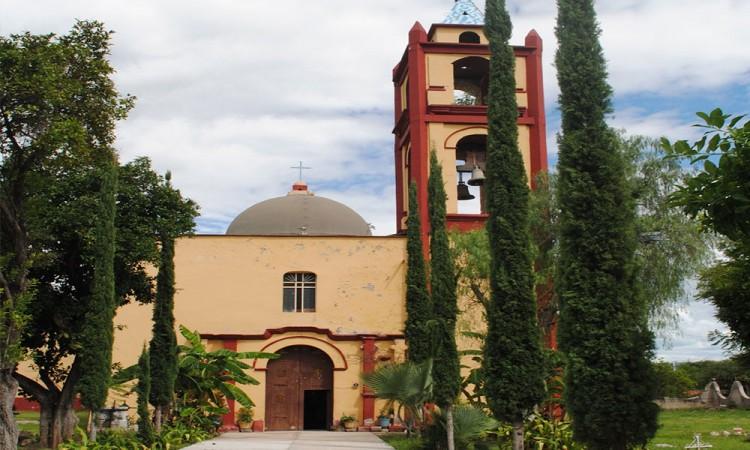 Construyen pobladores de Chila su propia capilla