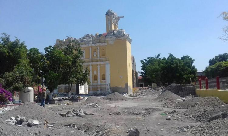 Improvisan capilla junto a iglesia caída