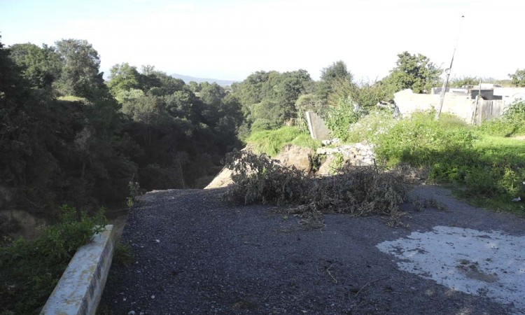 Desalojan casas a orilla de barranca