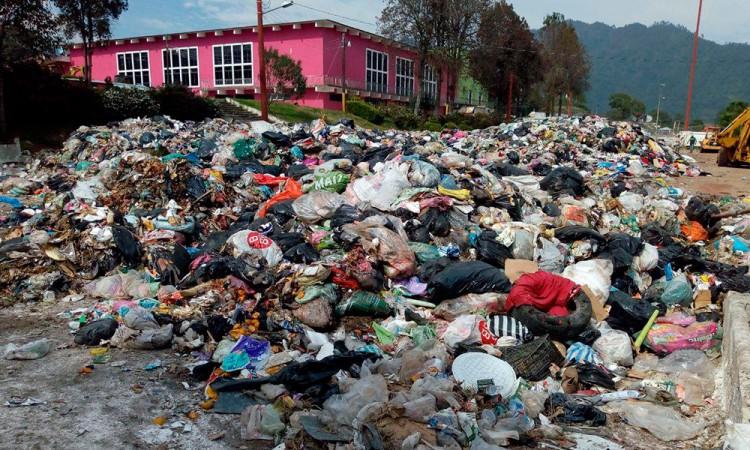 Convierten recinto ferial de Huauchinango en basurero