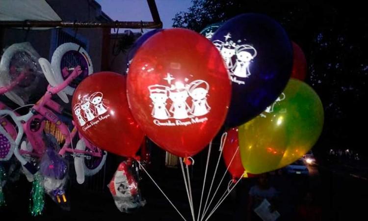Divide uso de globos celebración de Día de Reyes