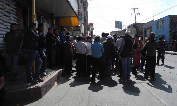 Cierran calle en Texmelucan ante ambulantes
