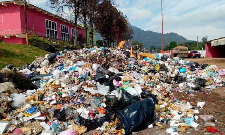 Disfraza Huauchinango tema de basura en recinto