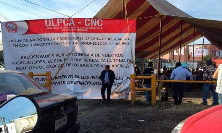 Bloquean bodegas de ingenio en Atencingo