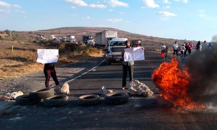 Cierran carreteras a Cañada Morelos; exigen solución al agua