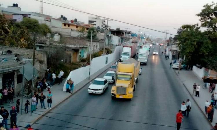 Cierran vecinos de Chachapa pista Puebla-Tehuacán