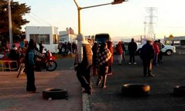 Mantienen por tercer día bloqueo en Cuyoaco