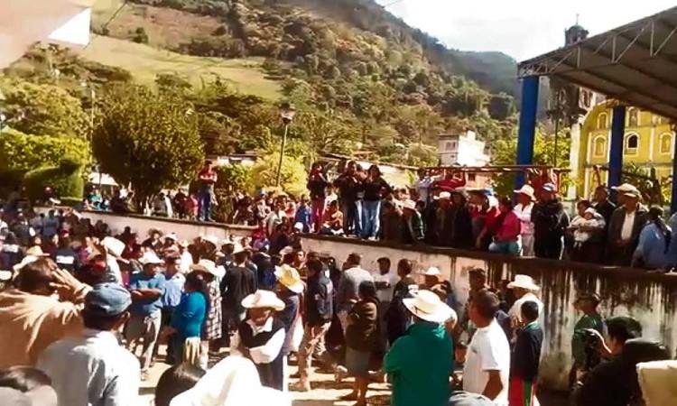 Toman indígenas presidencia; impiden toma de protesta