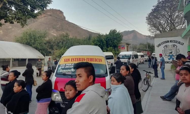 Bloquean carretera por conflicto entre transportistas de San Antonio Cañada