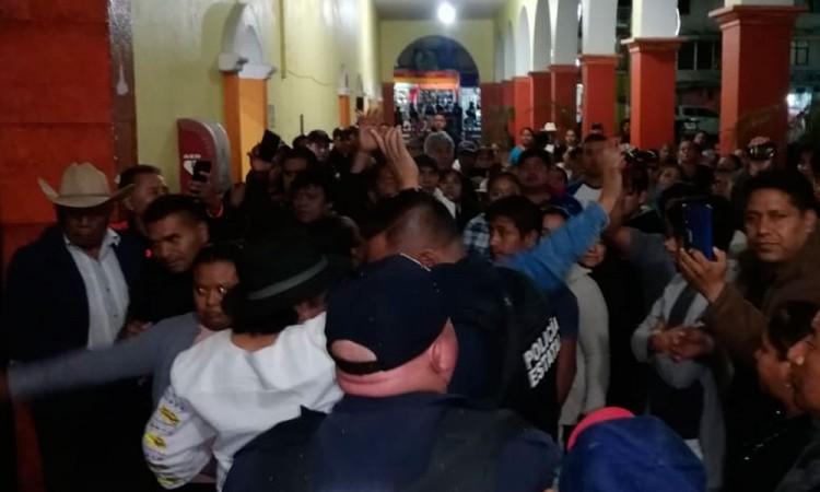 Habitantes de Altepexi toman palacio municipal