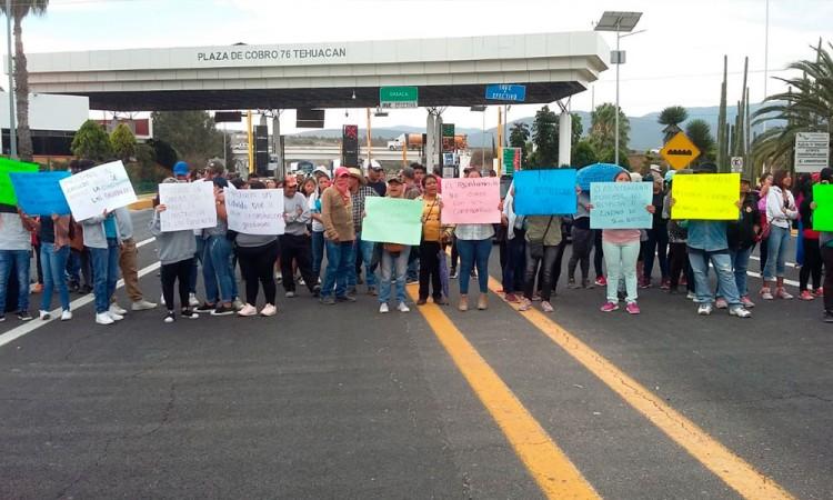 Bloquean accesos para exigir cancelación gasolineras