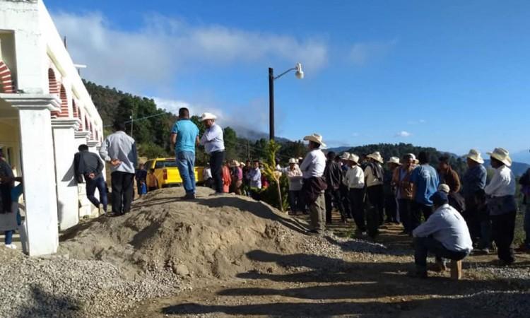 Rescatan a dos geólogos por extraer minerales en Coyomeapan