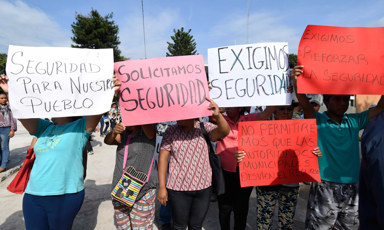 Cierran carretera en Tepexco, piden renuncia de presidenta y regidor de Gobernación