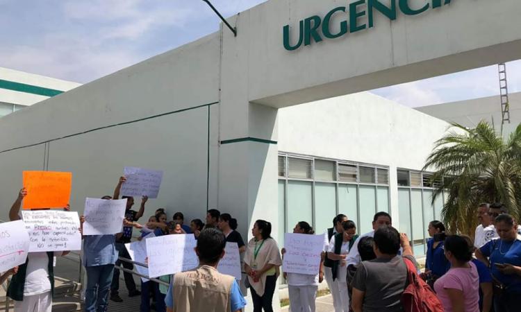 Por falta de insumos toman Clínica del IMSS en Tehuacán