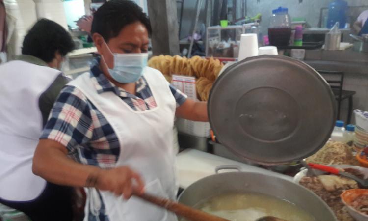 Hermanas comerciantes regalan comida a desempleados en Izúcar