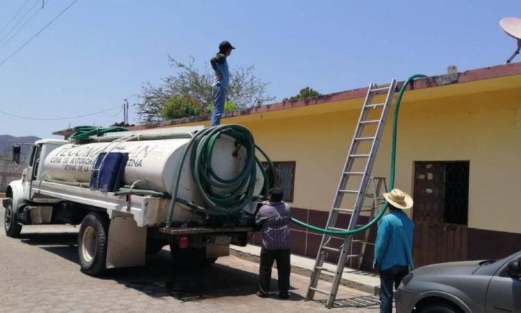 Abastecen agua potable en Tecomatlán