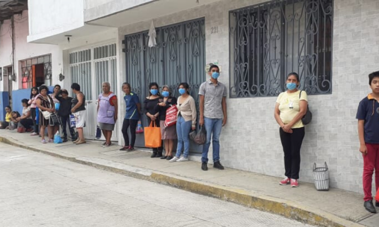Joven regala comida en Teziutlán ante desempleo por COVID-19