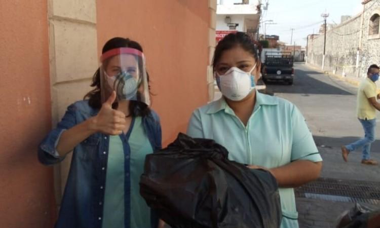 Activista y familia donan caretas a personal médico en Atlixco