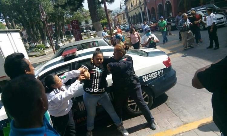 Se lían a golpes policías y ciudadanos en Huauchinango