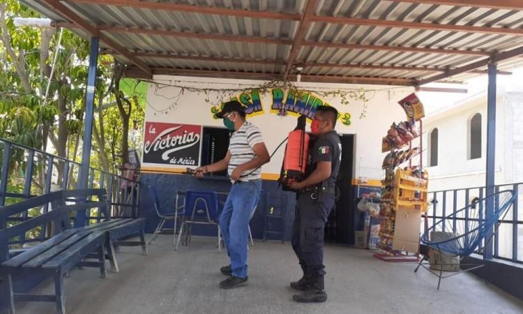Sanitizan comercios en Xayacatlan de Bravo ante Covid-19