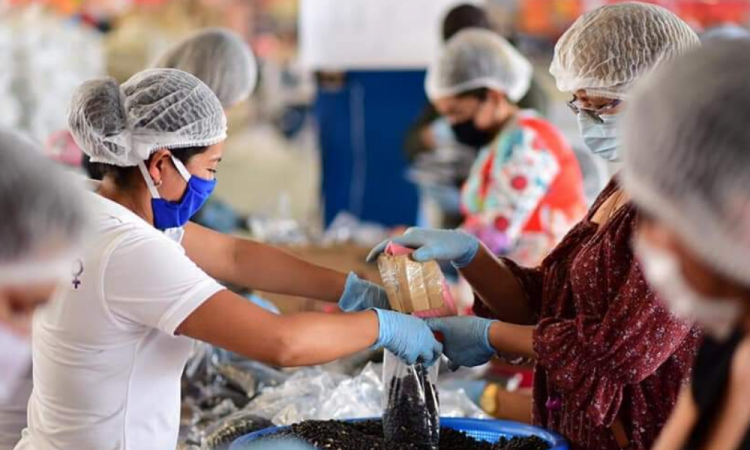 Ayuntamiento prepara paquetes alimentarios en Tecamachalco