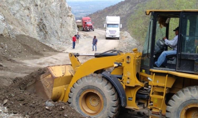 Libera carreteras y caminos afectados por deslaves en la Sierra Negra