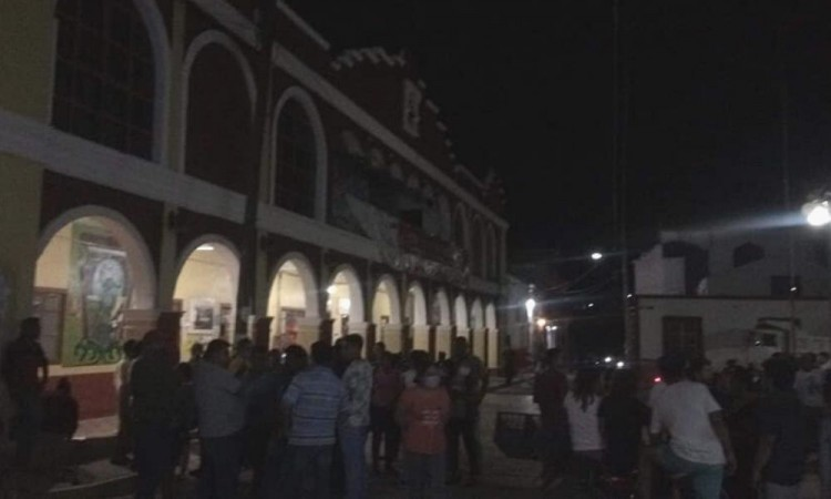Tras tromba, protestan en Coxcatlán por falta de apoyos