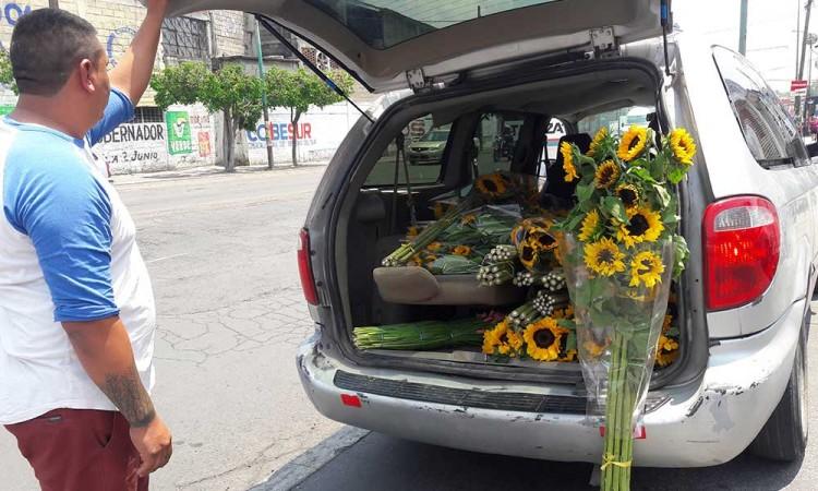 Floricultores se ven obligados a regalar sus flores por la pandemia