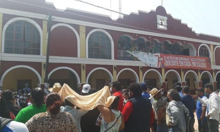 Habitantes de Coxcatlán toman presidencia y cierran carretera estatal