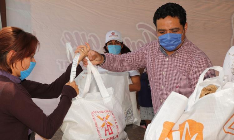En San Andrés Cholula entregan despensas