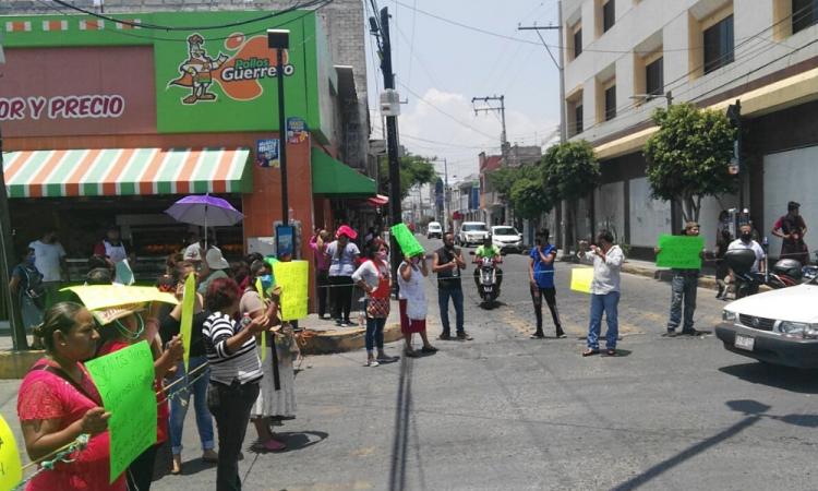 Locatarios y colonos cierran vialidades en Tehuacán