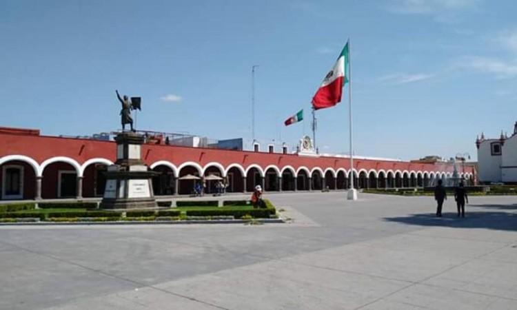 Zonas como el Zócalo continúan acordonadas como medida preventiva.