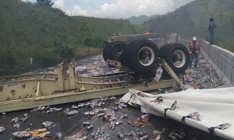 Decenas de automovilistas se quedaron varados en lugar por varias horas.