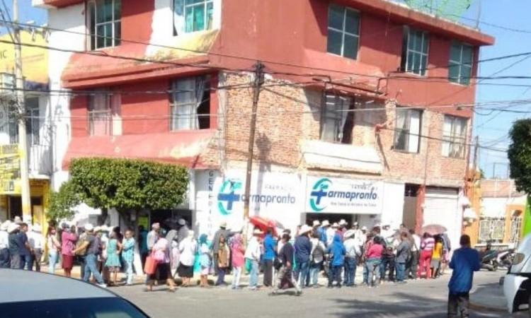 El director del nosocomio lamentó que a pesar del peligro latente las personas sigan causando aglomeraciones.