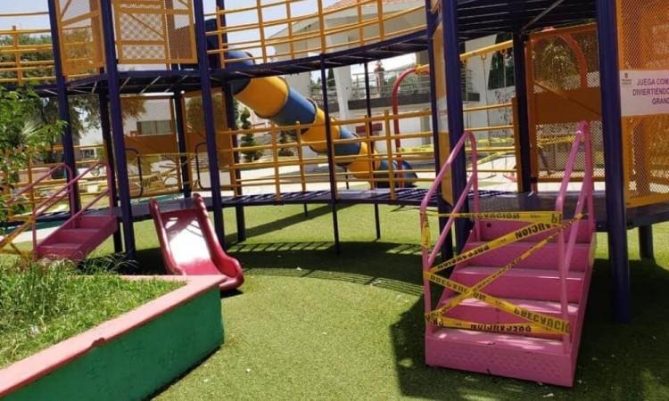 Los trabajadores del DIF municipal acordonaron nuevamente los parques infantiles para evitar más contagios.
