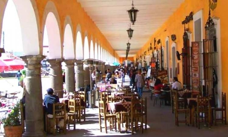 Los meseros de los restauranteros son los encargados de invitar a las personas a ocupar un asiento.