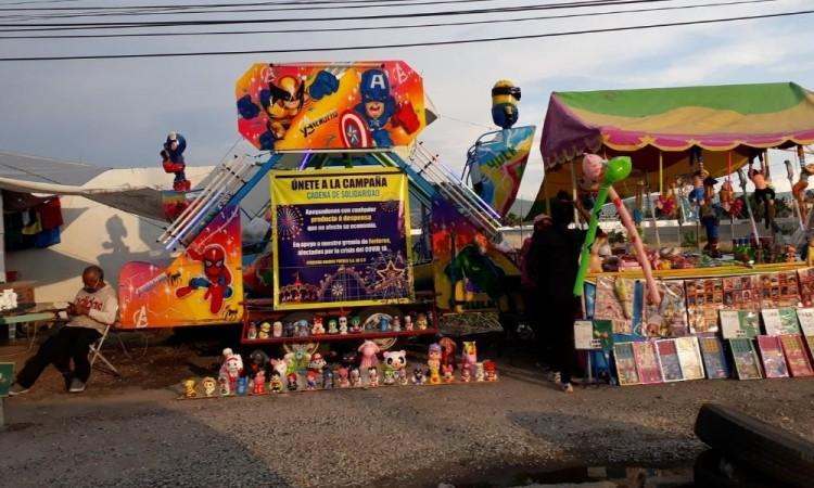 Sus locales ambulantes ofrecen alcancías pintadas y decoradas por ellos mismo, juguetes, peluches y juegos de mesa.